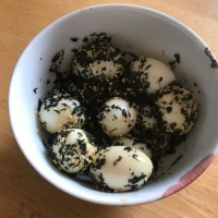 Quails' eggs with seaweed
